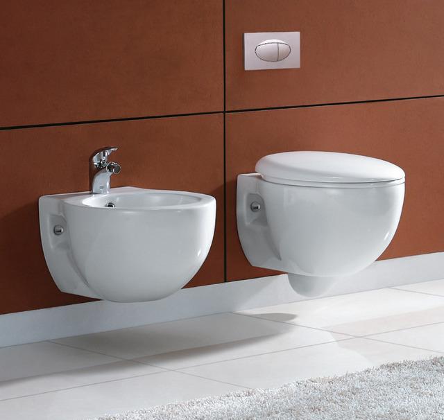 Sanitaire modèle Ford suspendu ou à poser. WC et bidet avec abattant de  toilette à fermeture amortie.